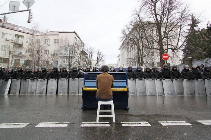 Markiyan Matsekh plays piano for police during the Ukranian revoloution. [2014] Source: Markiyan Matsekh